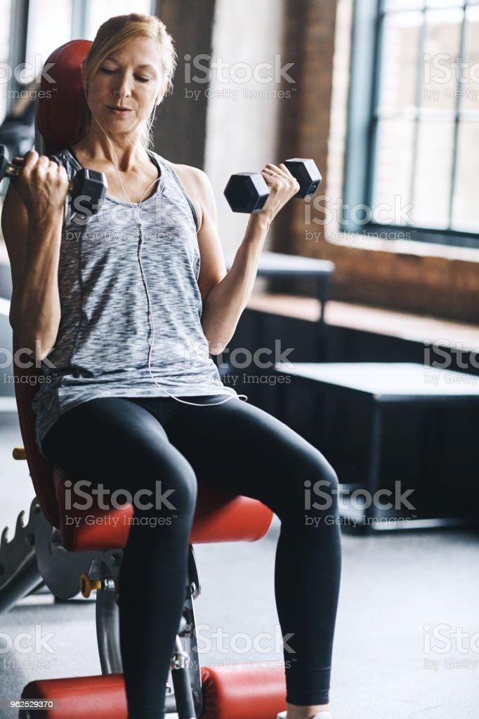 Eu descobri minhas próprias forças através de levantamento - Foto de stock de Academia de ginástica royalty-free