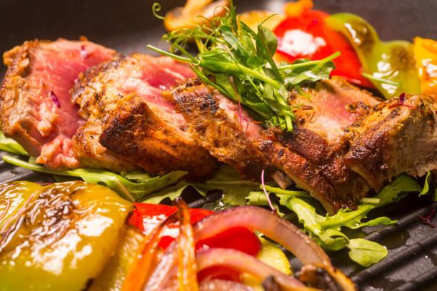 kalbfleisch-datei und salat - wie alt werden kühe stock-fotos und bilder