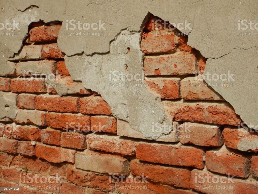 Case Di Legno E Mattoni : Vecchia casa con muro di mattoni rossi e finestra con imposta
