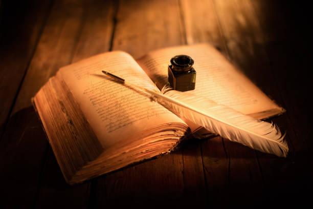 vecchio libro aperto con penna e calamaio primo piano di vecchio libro aperto con penna e calamaio libro stock pictures, royalty-free photos & images