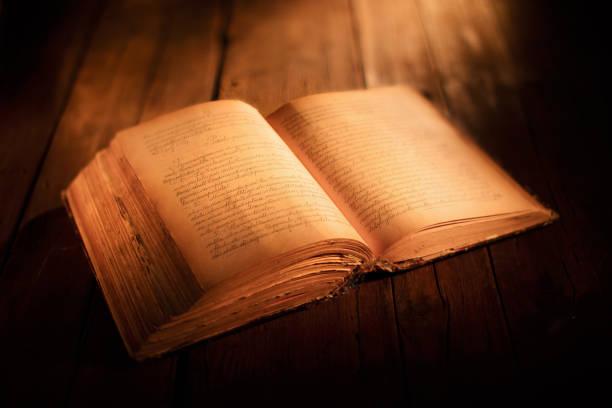 vecchio libro aperto vecchio libro con pagine aperte su tavolo di legno libro stock pictures, royalty-free photos & images