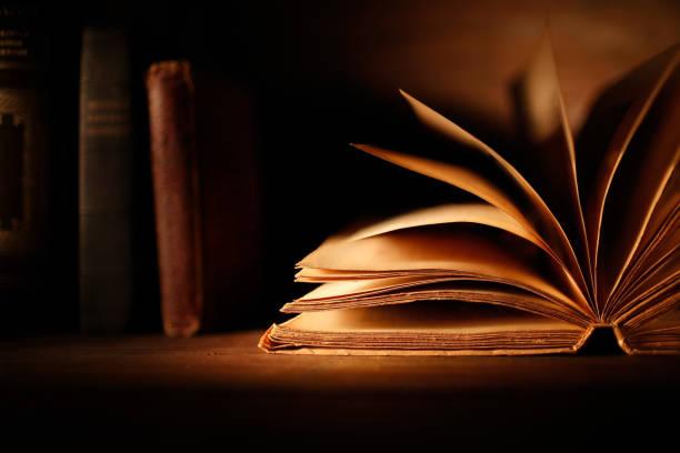 vecchio libro con pagine aperte vecchio libro con pagine aperte e altri libri libro stock pictures, royalty-free photos & images