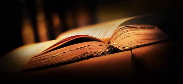 vecchio libro con pagine aperte su tavolo di legno vecchio libro con pagine aperte su tavolo di legno libro stock pictures, royalty-free photos & images