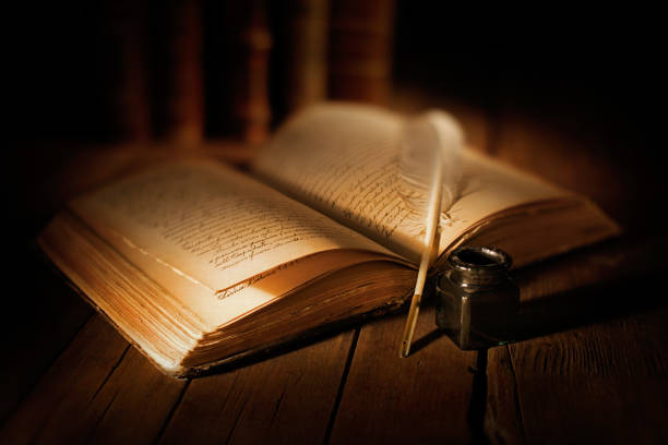vecchio libro con penna e calamaio vecchio libro aperto con penna e calamaio libro stock pictures, royalty-free photos & images