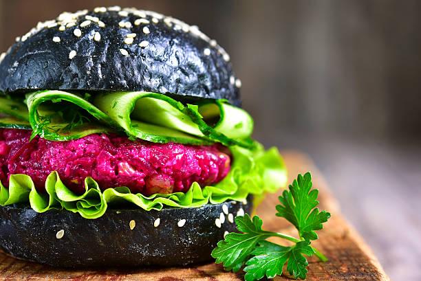 vegan black burger with beetroot - gemüselaibchen stock-fotos und bilder