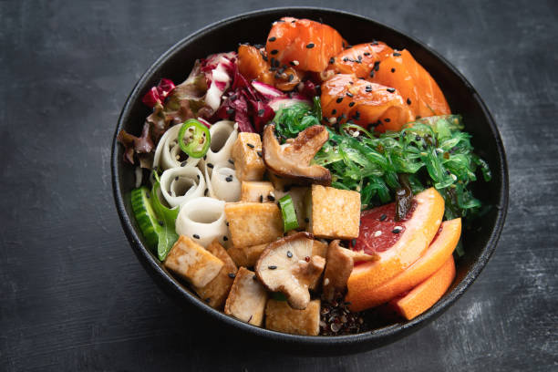 vegane schüssel mit guinoa, gemüse und tofu - mariniertes tofu stock-fotos und bilder