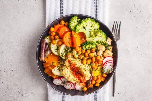 旬の焼き野菜、ひよこ豆、フムスと豆腐、上から見るとビーガン仏鉢。 - 深皿 ストックフォトと画像
