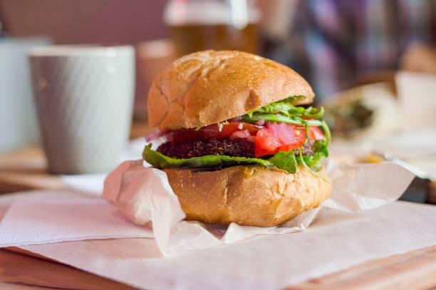 Burger végétarien sur la table dans le café - Photo
