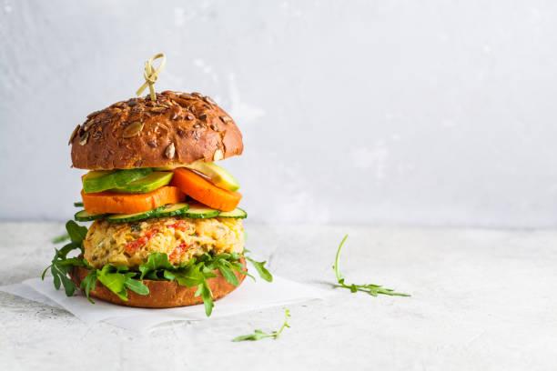 hamburguesa vegana con chuleta de verduras, batata, aguacate, pepino y rúcula, espacio de copia. concepto de alimentos saludables a base de plantas. - vegana fotografías e imágenes de stock