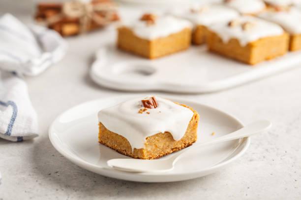 vegan-karotte-kuchen mit kokos-creme und pecan, pflanzen basierte diät-konzept. - paleo kuchen stock-fotos und bilder