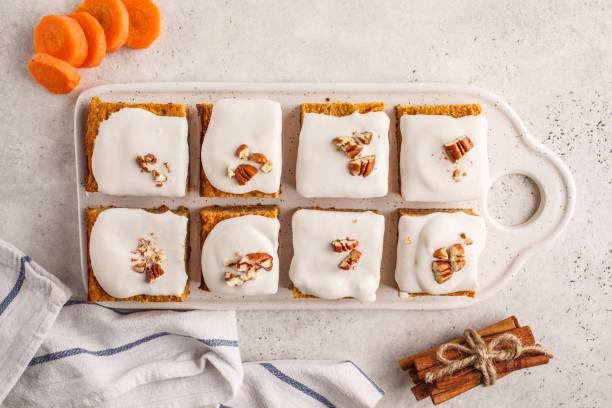 vegan-karotte-kuchen mit kokos-creme und pecan, pflanzen basierte diät-konzept, ansicht von oben. - paleo kuchen stock-fotos und bilder