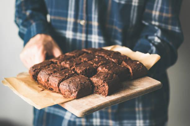 vegane schokolade brownies auf backblech, marihuana schokolade kuchen - zuckerfreie lebensmittel stock-fotos und bilder