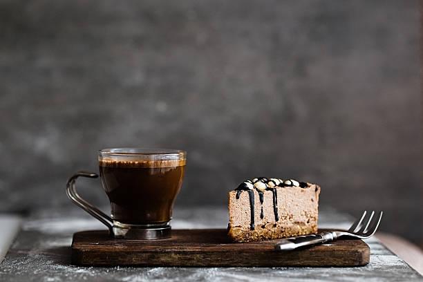 vegan chocolate mousse cake and coffee on a stone background - schokoladen käsekuchen törtchen stock-fotos und bilder