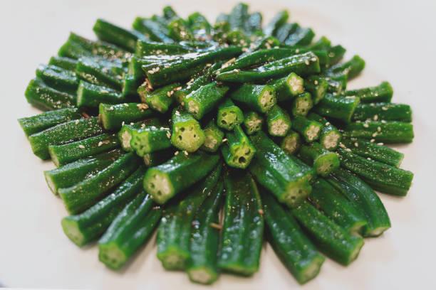 Vegane Küche: grüne Okra-Nahaufnahme auf dem Teller – Foto