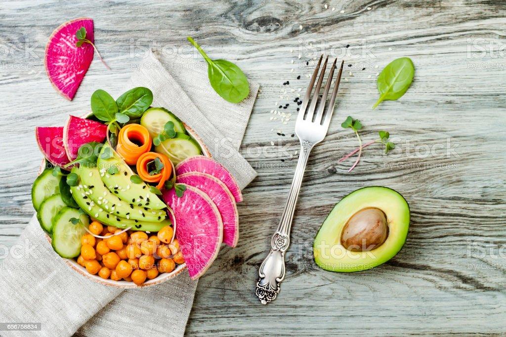 Végétalien, detox recette bol Bouddha avec avocat, les carottes, les épinards, les pois chiches et les radis. Vue de dessus, plat lay, espace copie - Photo