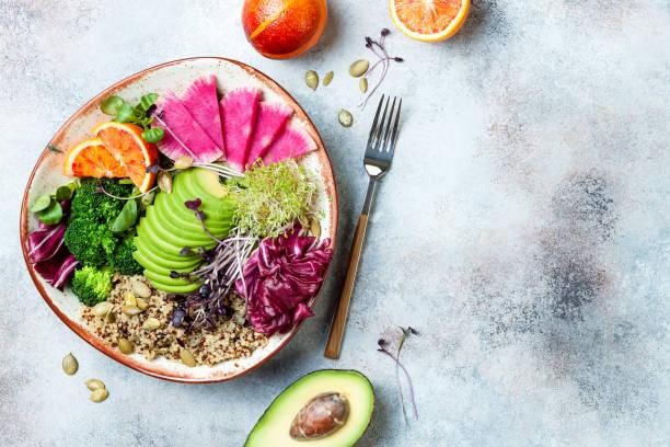 Vegane, entgiftete Buddha-Schale mit Quinoa, Mikrogrün, Avocado, Blutorange, Brokkoli, Wassermelone Radieschen, Alfalfa-Samen. Top Ansicht, flaches Layout, Kopierplatz – Foto