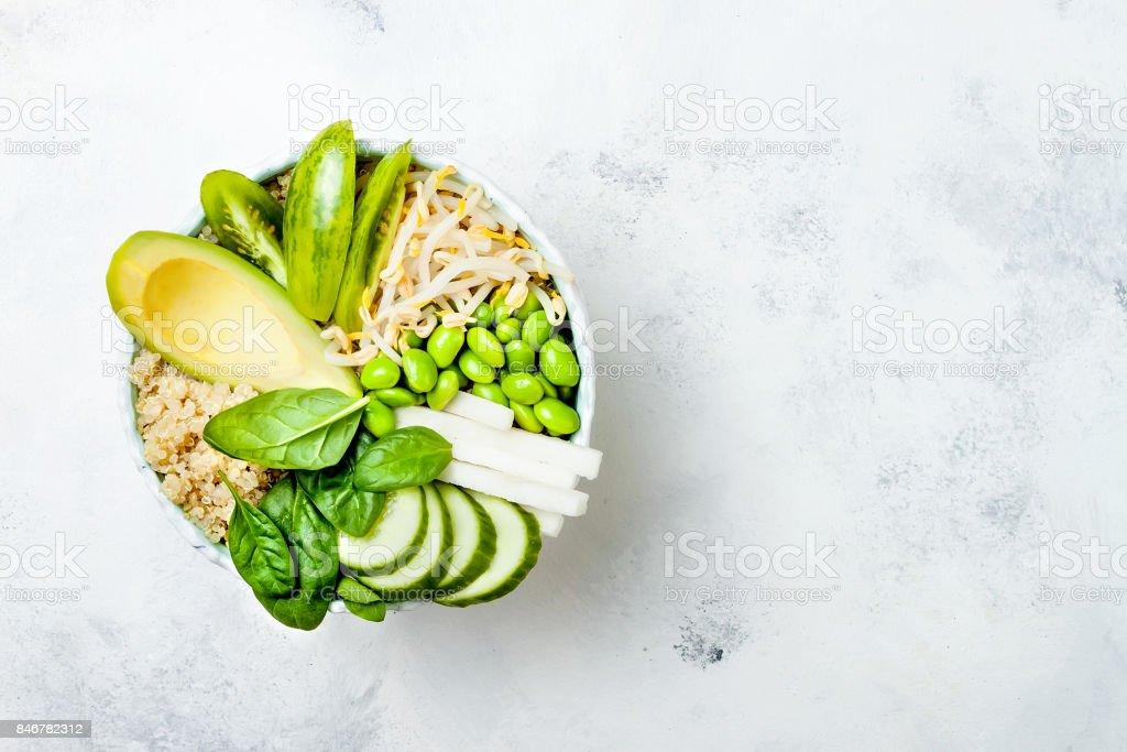 Végétalien, detox recette de bol Bouddha vert avec quinoa, avocat, concombre, épinard, tomates, germes de haricot mungo, fèves edamame, radis daikon. Vue de dessus, plat lay, espace copie - Photo