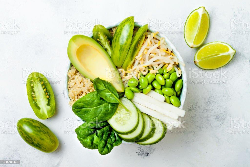 Végétalien, detox recette de bol Bouddha vert avec quinoa, avocat, concombre, épinard, tomates, germes de haricot mungo, fèves edamame, radis daikon. Vue de dessus, plat Lapointe - Photo