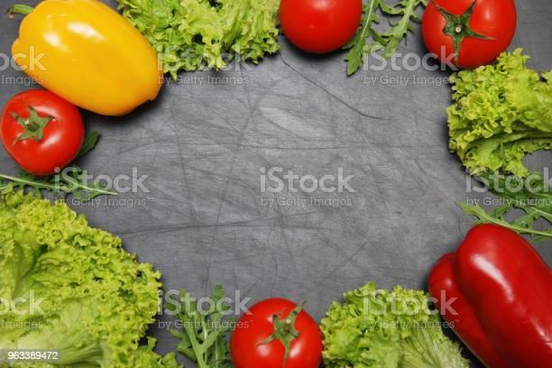 Wegańska Ramka Na Żywność Sałatka Warzywa Czarna Kreda Deska Tło Kopiuj Przestrzeń Zdrowe Wegańskie Witaminy Żywności - zdjęcia stockowe i więcej obrazów Bezglutenowy
