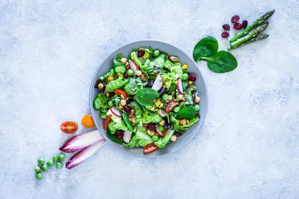 veganistisch eten: gezonde verse groenten salade schot van boven - salade stockfoto's en -beelden