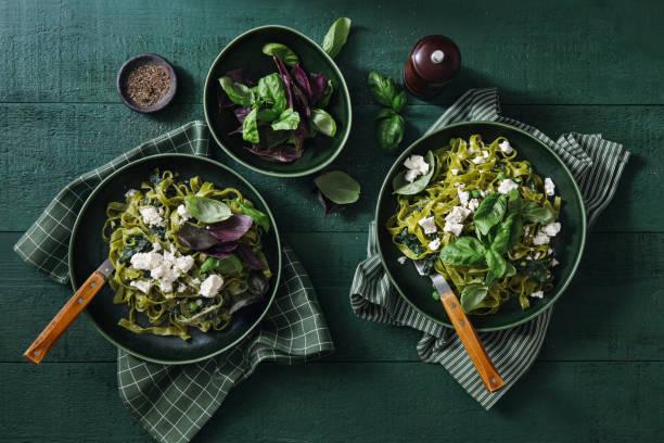 wegański bezglutenowy kremowy makaron szpinakowy - jedzenie wegetariańskie zdjęcia i obrazy z banku zdjęć