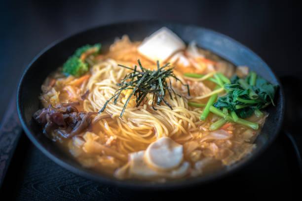 vegan kim chi ramen - ramen noedels stockfoto's en -beelden