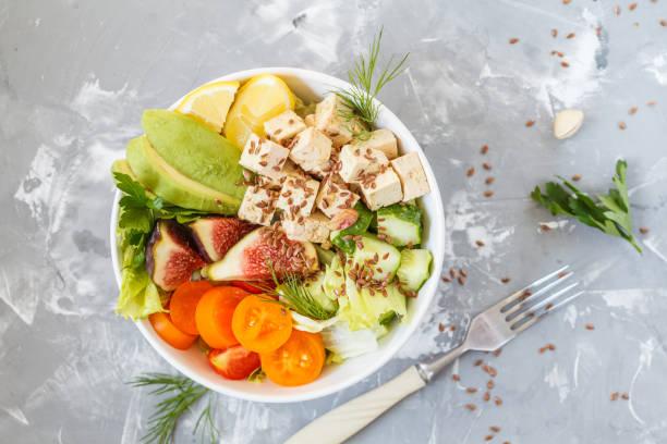 déjeuner végétarien, salade de légumes fruits tofu - Photo
