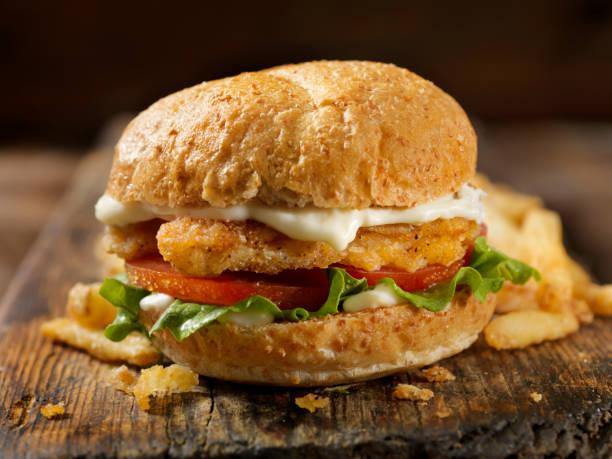 vegan, etsiz bitki bazlı protein tavuk şerit burger marul domates ile bir kepekli çörek - burger and chicken stok fotoğraflar ve resimler