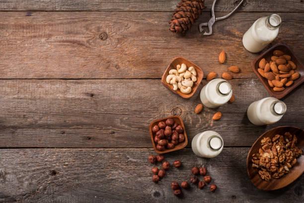 vegane milch aus nüssen - kaffee protein shakes stock-fotos und bilder