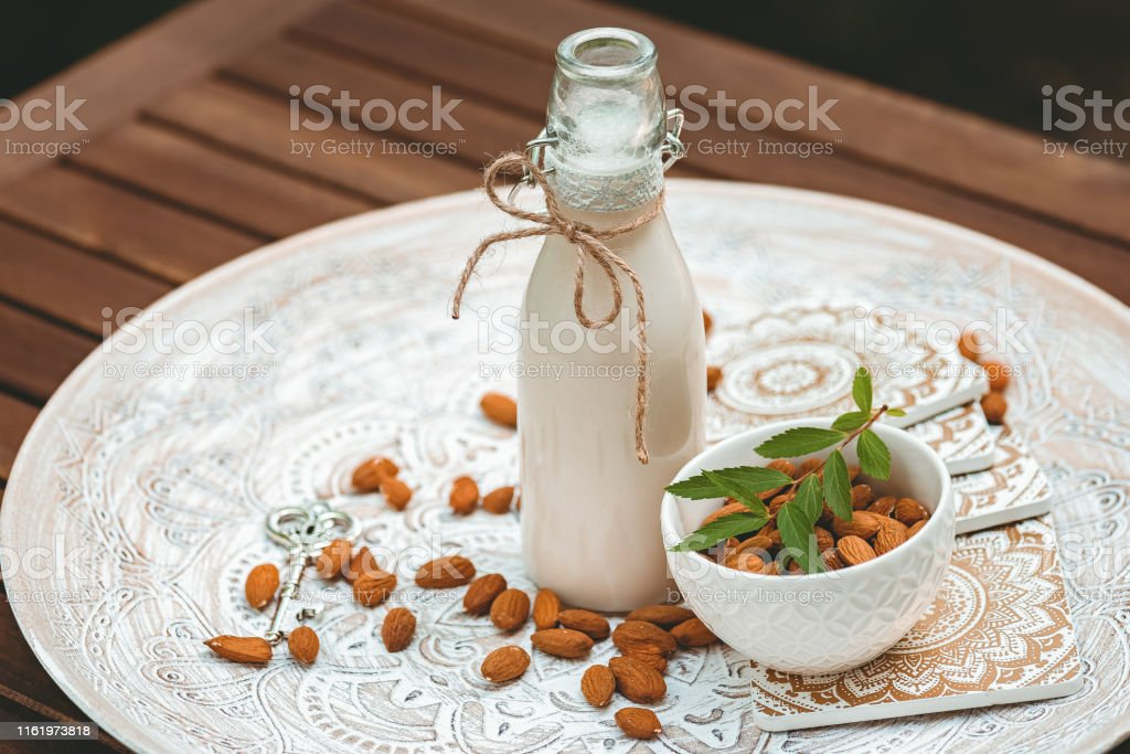 Vegane Bio-Mandelmilch - Lizenzfrei Abnehmen Stock-Foto
