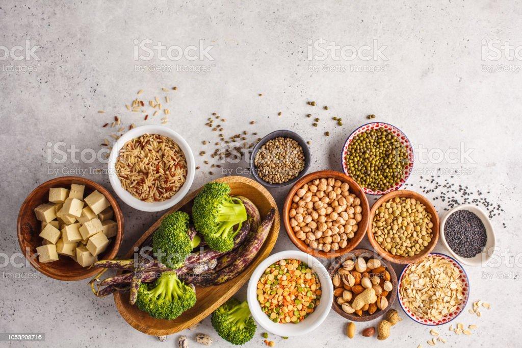 채식주의 단백질 소스입니다. 두 부, 콩, chickpeas, 견과류와 씨앗 흰색 배경에, 평면도, 공간을 복사합니다. - 로열티 프리 0명 스톡 사진