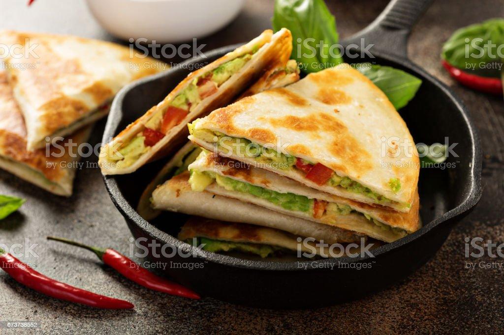 Vegan quesadillas with avocado and red pepper photo libre de droits