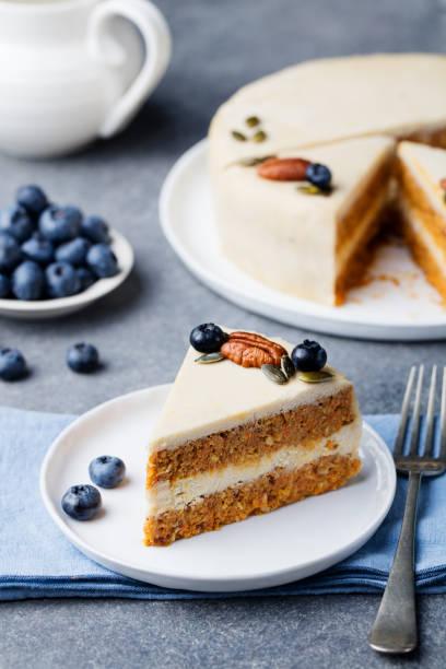 vegan, roh karottenkuchen. gesunde ernährung. grauen stein hintergrund - paleo kuchen stock-fotos und bilder