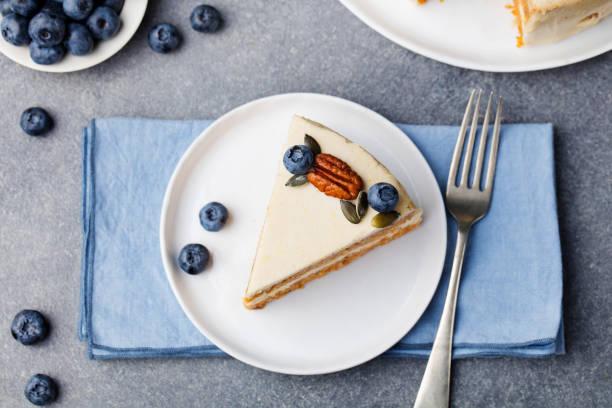 vegan, roh karottenkuchen. gesunde ernährung. grauen stein hintergrund draufsicht textfreiraum - paleo kuchen stock-fotos und bilder