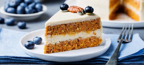 vegan, roh karottenkuchen auf einem weißen teller. gesunde ernährung. - paleo kuchen stock-fotos und bilder