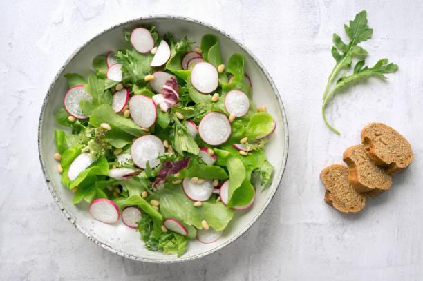 vegane salat. ansicht von oben. - radieschen salat stock-fotos und bilder