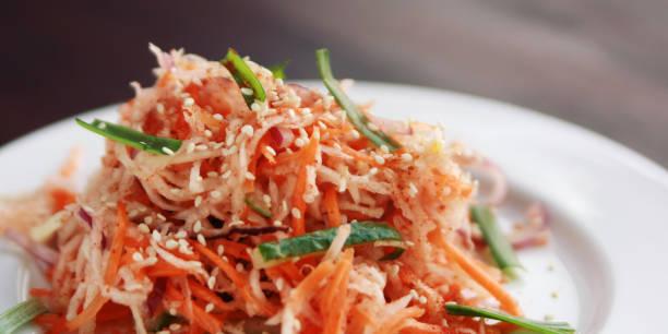 Vegan-Salat mit Karotten und Radieschen. Asiatische Küche. – Foto