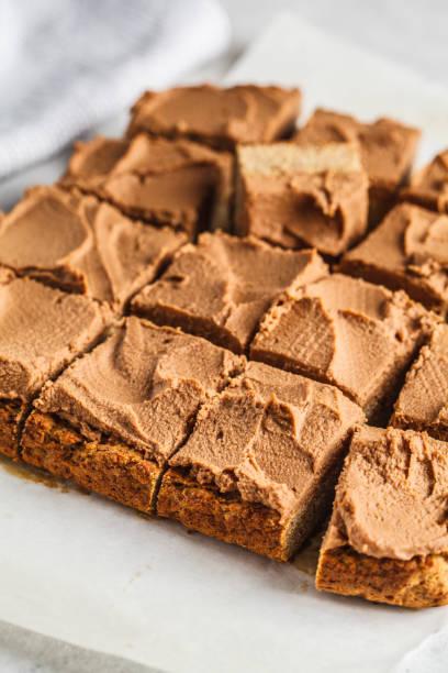 vegane quadratische torte mit kakaobohnen. - paleo kuchen stock-fotos und bilder