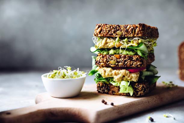 veganes super-sandwich mit sprossen serviert - alvarez stock-fotos und bilder