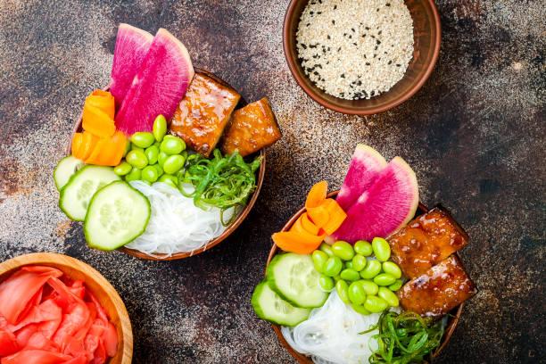 Tofu Vegan poke bols avec des algues, radis pastèque, concombre, fèves edamame et nouilles de riz. Espace copie - Photo
