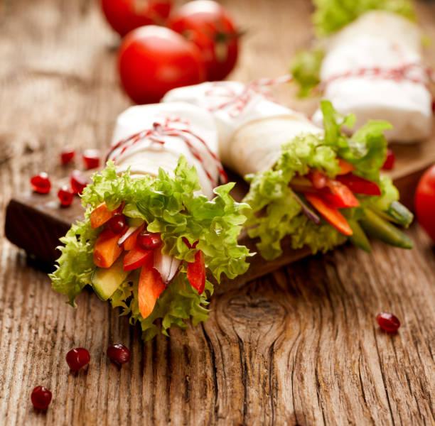 vegan-tortilla-wraps gefüllt mit hummus und frischem gemüse - veggie wraps stock-fotos und bilder