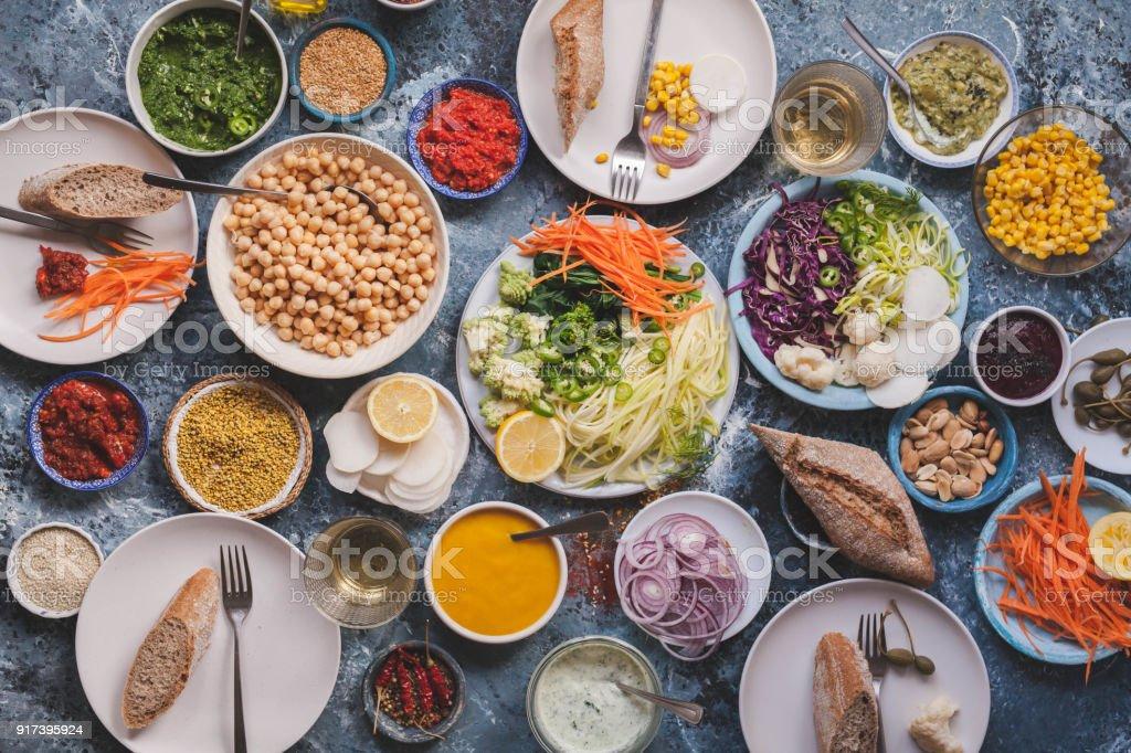 Conceito de comida de dieta de desintoxicação de veggies vegan refeições na mesa de jantar plana leigos - foto de acervo