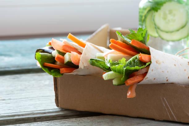 vegane packung - veggie wraps stock-fotos und bilder