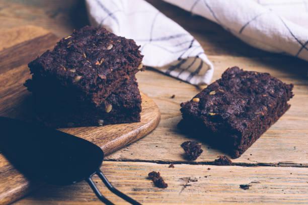 vegane zucchini ohne mehl paleo brownies und kürbis brownies (keto, low-carb und glutenfrei) auf einem hölzernen hintergrund. - low carb kekse stock-fotos und bilder