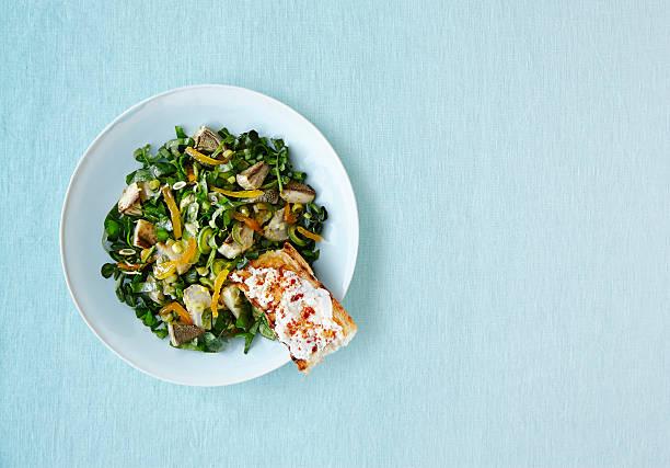 vegearian salad - artischocken gesund stock-fotos und bilder