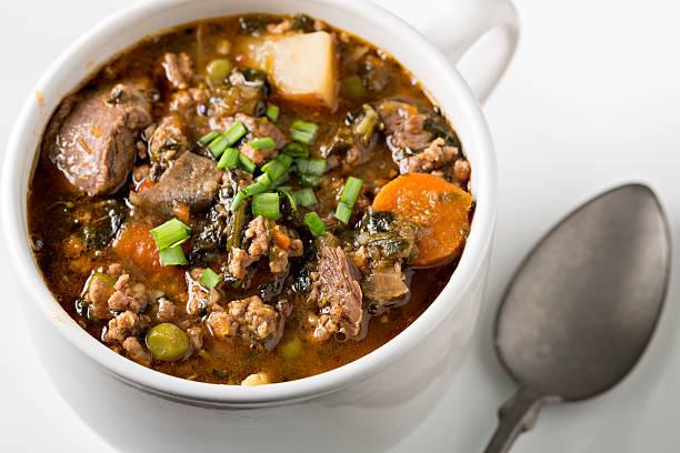 gemüse rindfleisch-gemüsesuppe - spinatsuppe stock-fotos und bilder