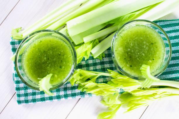 샐 러 리에서 만든 칵테일 야채 잎, 흰색 나무 바탕에 건강 한 라이프 스타일. - 주스 뉴스 사진 이미지