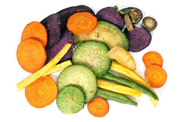 gemüsechips gesunden snack - gemüsechips stock-fotos und bilder