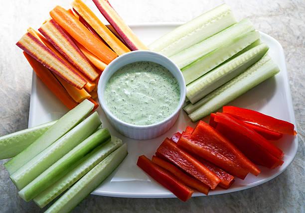 Gemüse-Rohkost-Platte und Dips und Gemüse, gesunden Speisen – Foto