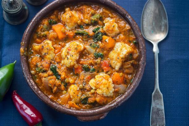dhal vegetal - dhal de lentilhas com couve-flor, cenoura, castanhos lentilhas em molho de caril picante - caril - fotografias e filmes do acervo